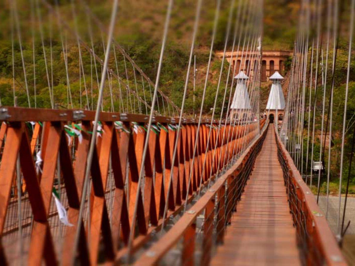 Puente de Occidente que cruza el río Cauca
